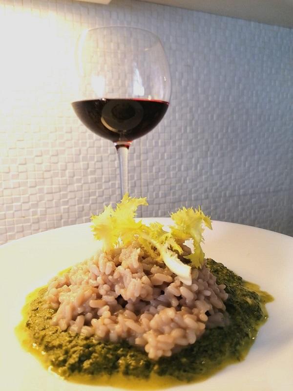 Risotto al vino rosso e gorgonzola su crema di indivia e stracchino