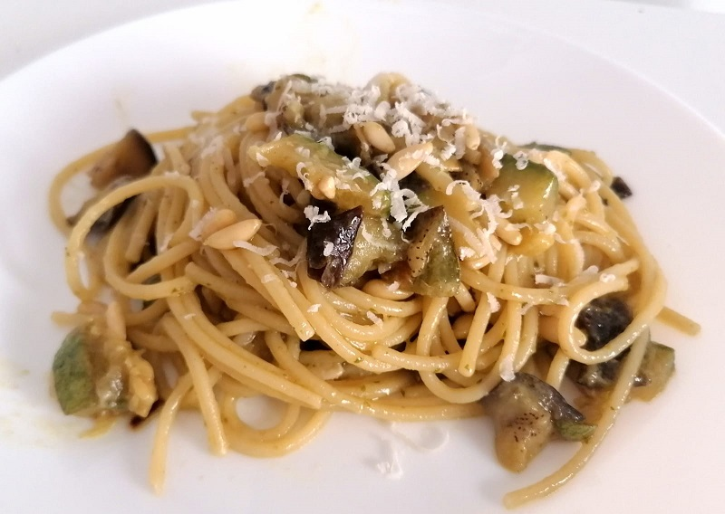 Spaghetti pesto,melanzane,zucchine