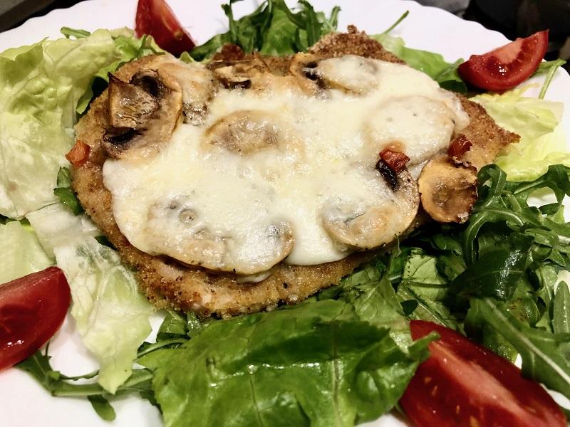 Petti di pollo al forno con funghi e mozzarella