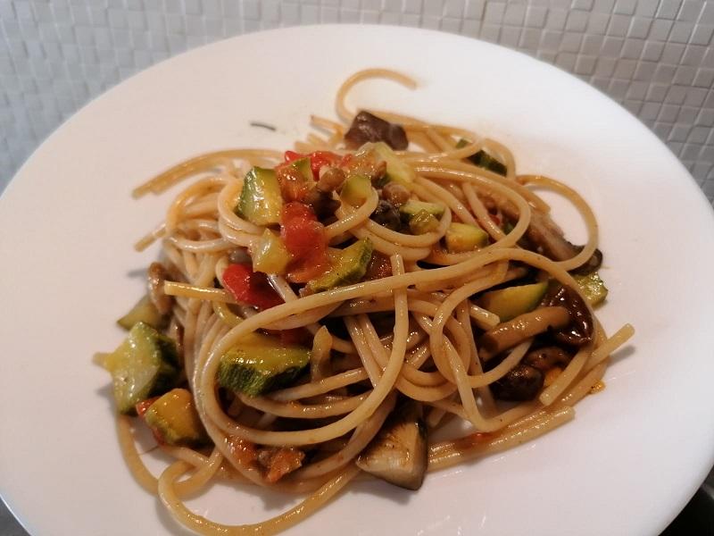 Spaghetti di farro con funghi e zucchine